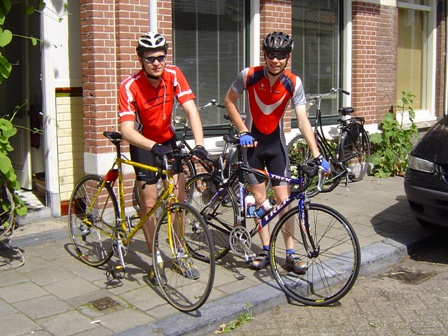 Bas & Jeff bij hun fietsen